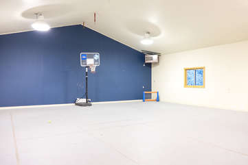 Indoor half basketball and tennis court -Star View Lodge